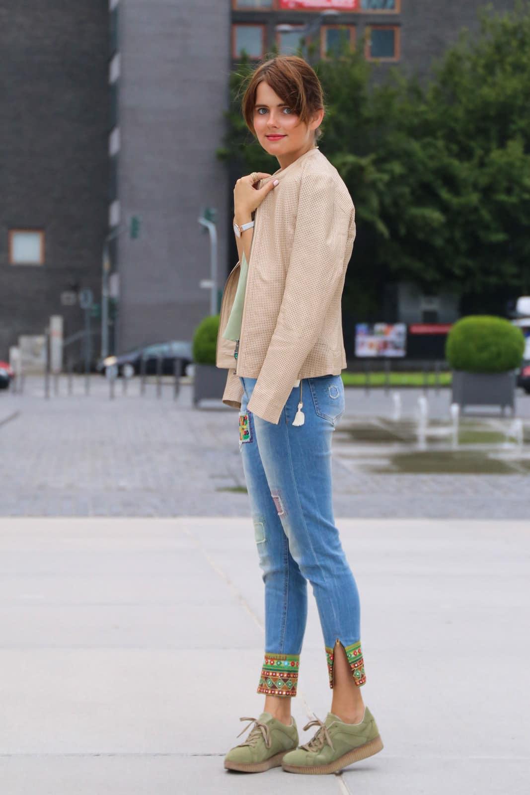 Outfit mit grünen Platform Sneakers & heller Lederjacke