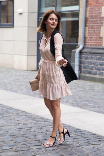 Romatischer Fashion Look: Transparentes Spitzenkleid & High Heels mit Schleife