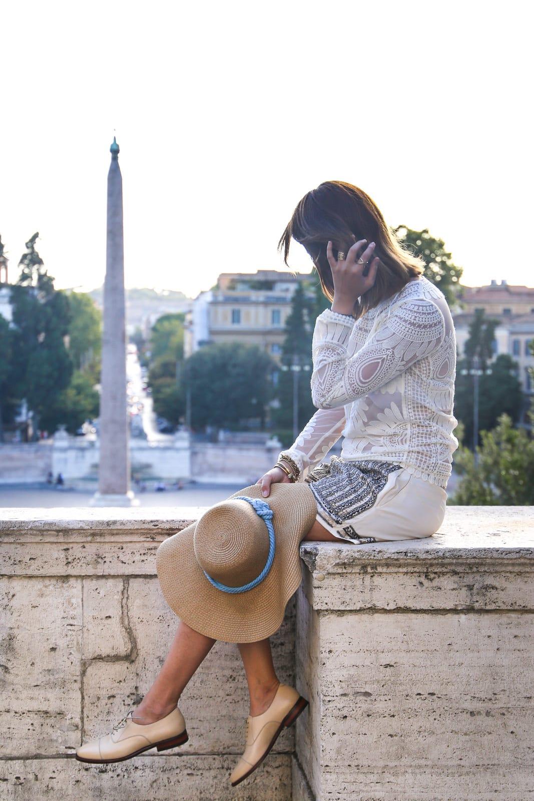 Sommerliches Outfit in Rom: Strohhut, Shorts und Oxford Schuhe