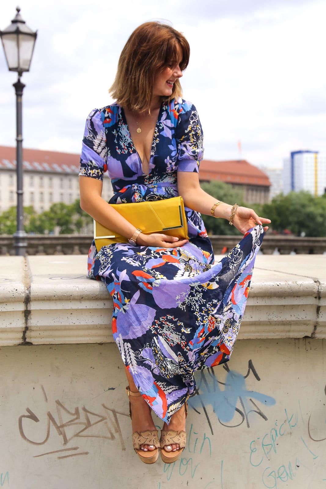 Outfit in Berlin: Wie kombiniere ich ein Kleid mit XXL-Auschnitt?