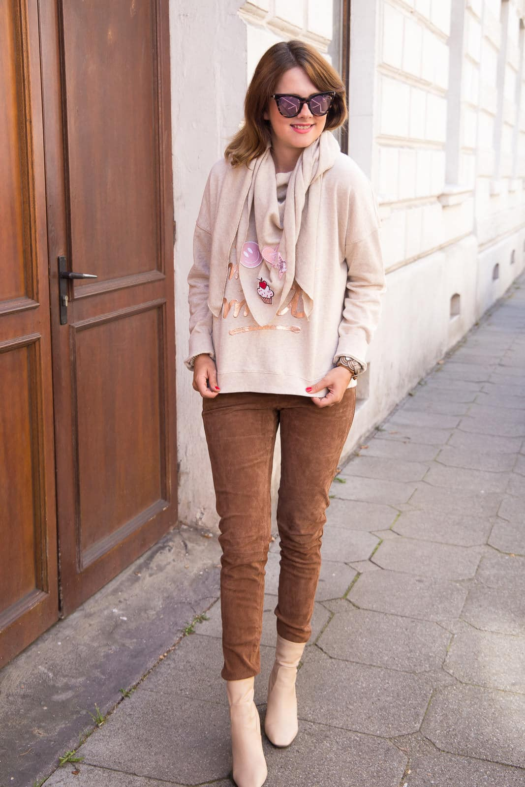 Herbst Outfit mit Valentino Look-a-Like Ankle Boots & Patches Schal