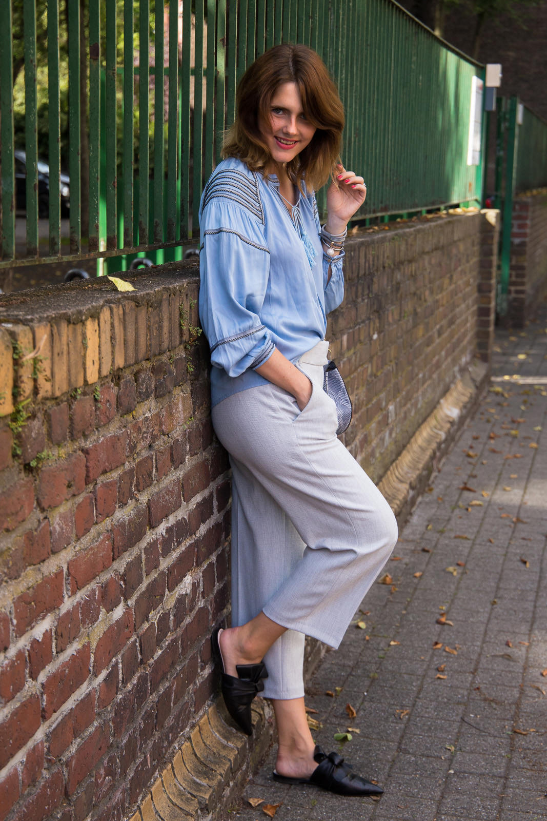 Streetstyle Look in Köln: Boho Bluse, Culotte und flache Mules