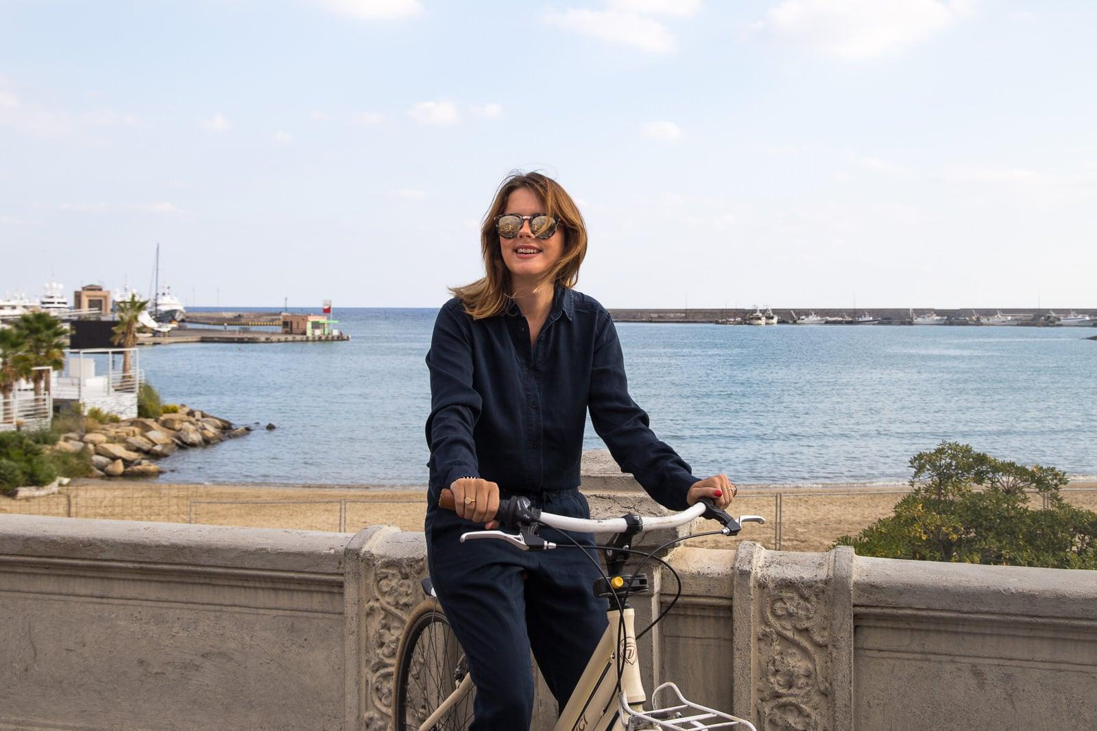 Italienische Riviera: Unterwegs mit Jumpsuit & Sneakers