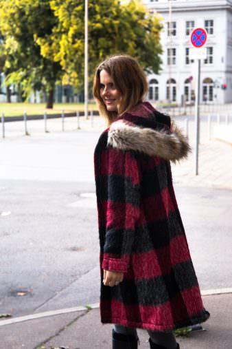 Herbst Fashion Look: Karierter Mantel, Lederrock & schwarze Stiefel
