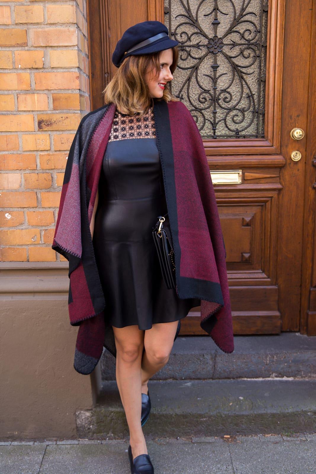 Fashion Look: Herbstliches Cape, Zara Lederkleid & Flats