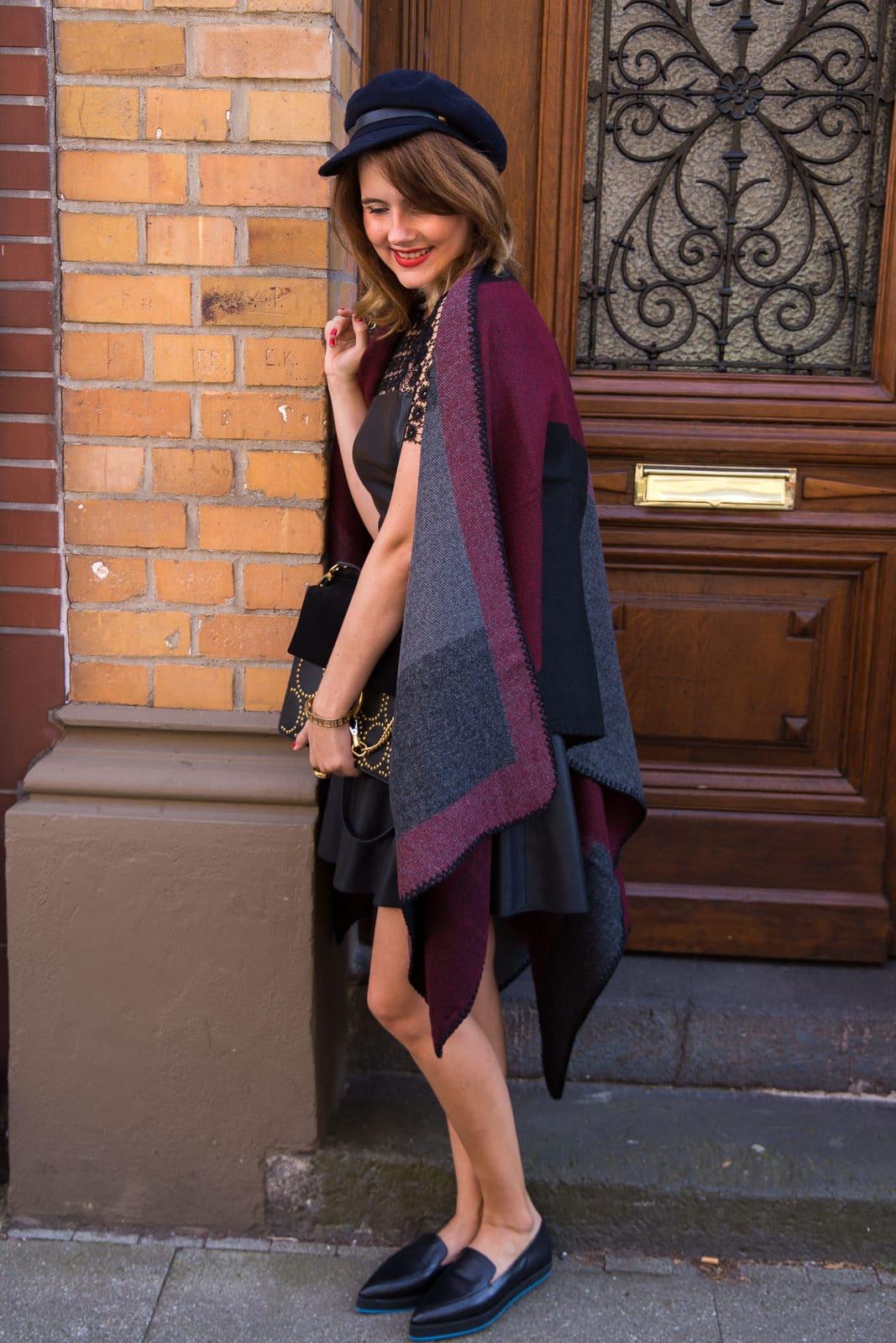 outfit-lederkleid-herbstliches-cape-loafers-chloe-faye-bag-fashion-blog-des-belles-choses-3
