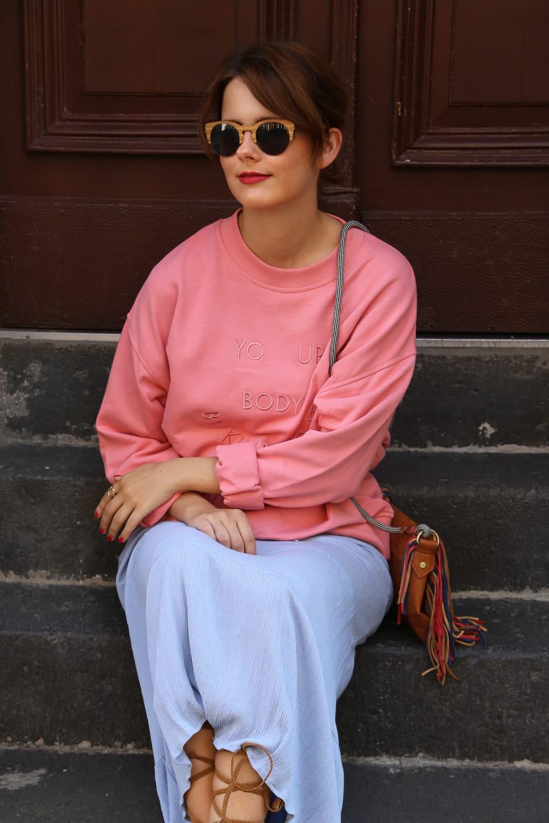 Maxikleid im Herbst: Stylingtipp – Pullover über Kleid tragen