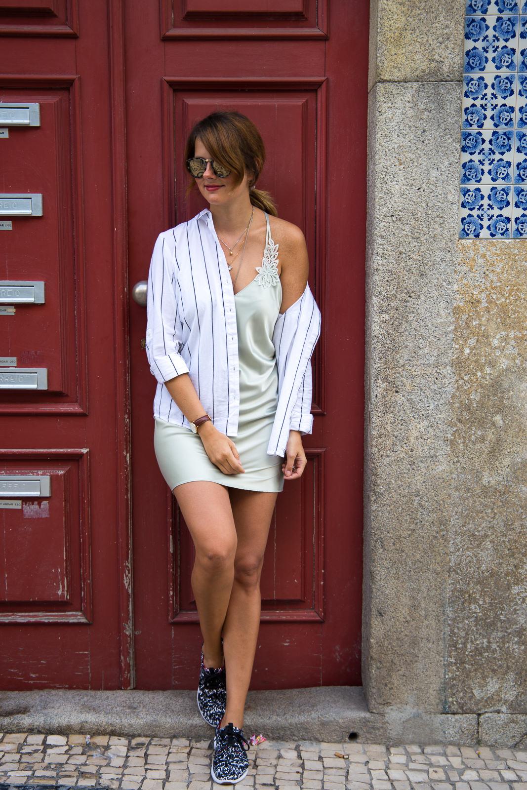 Outfit in Porto: So kombinierst du dein Slipdress mit Sneakers