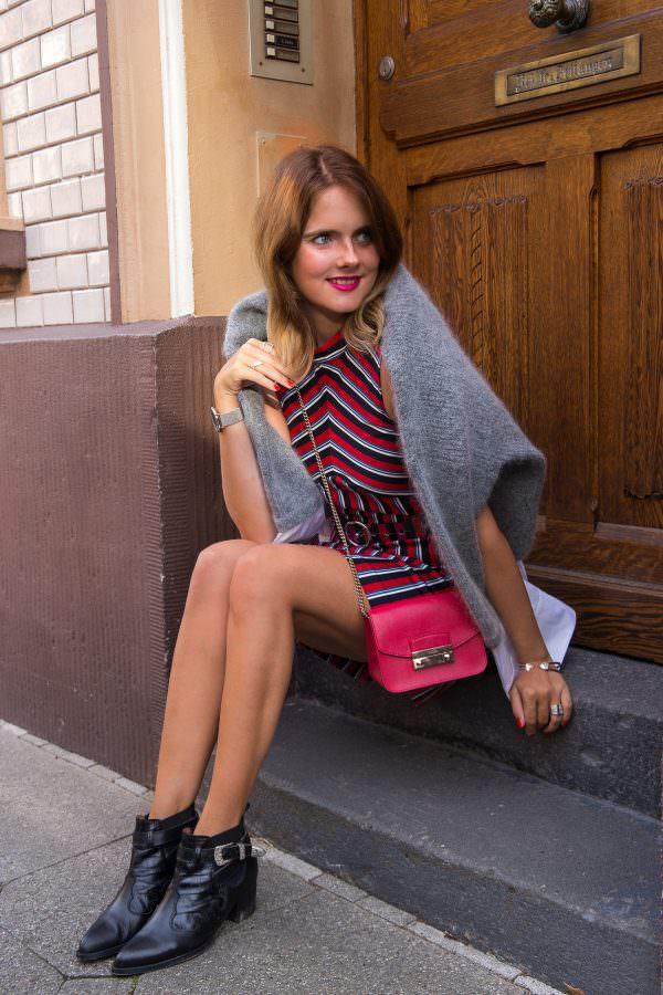 Outfit mit Pistol Boots: Gestreiftes Kleid & breiter Tailliengürtel