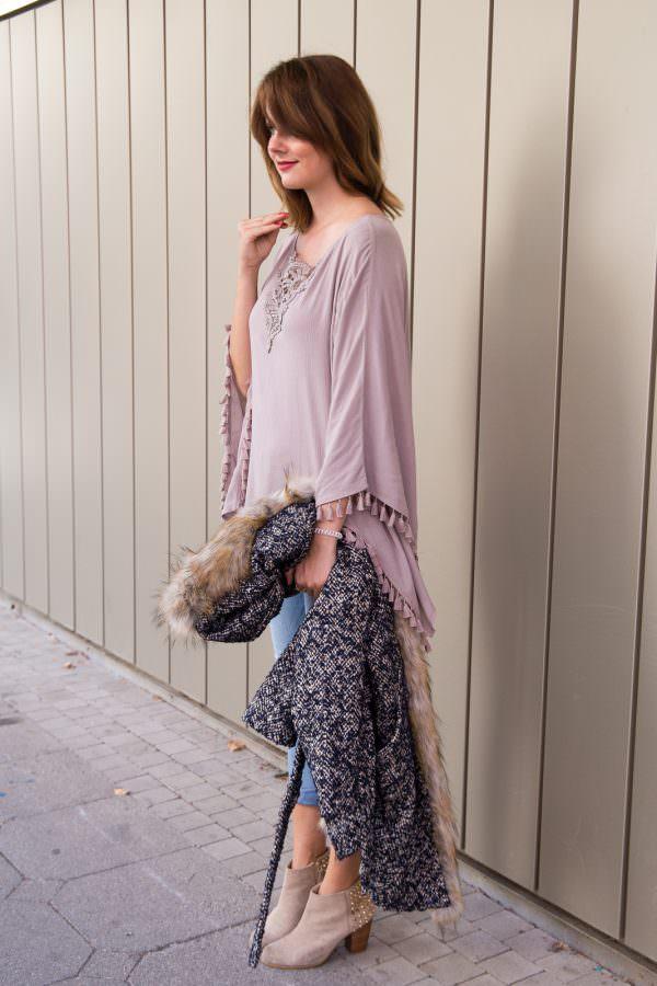 Streetstyle: Tweed Mantel mit XXL Fake-Fur Kragen & helle Jeans
