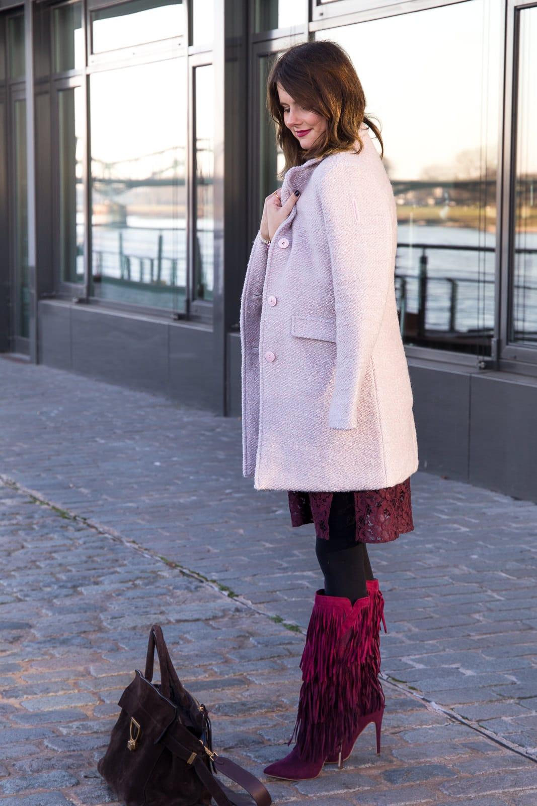 Rosa trifft Bordeaux: Fransen Boots & Spitzenkleid in Midi-Länge