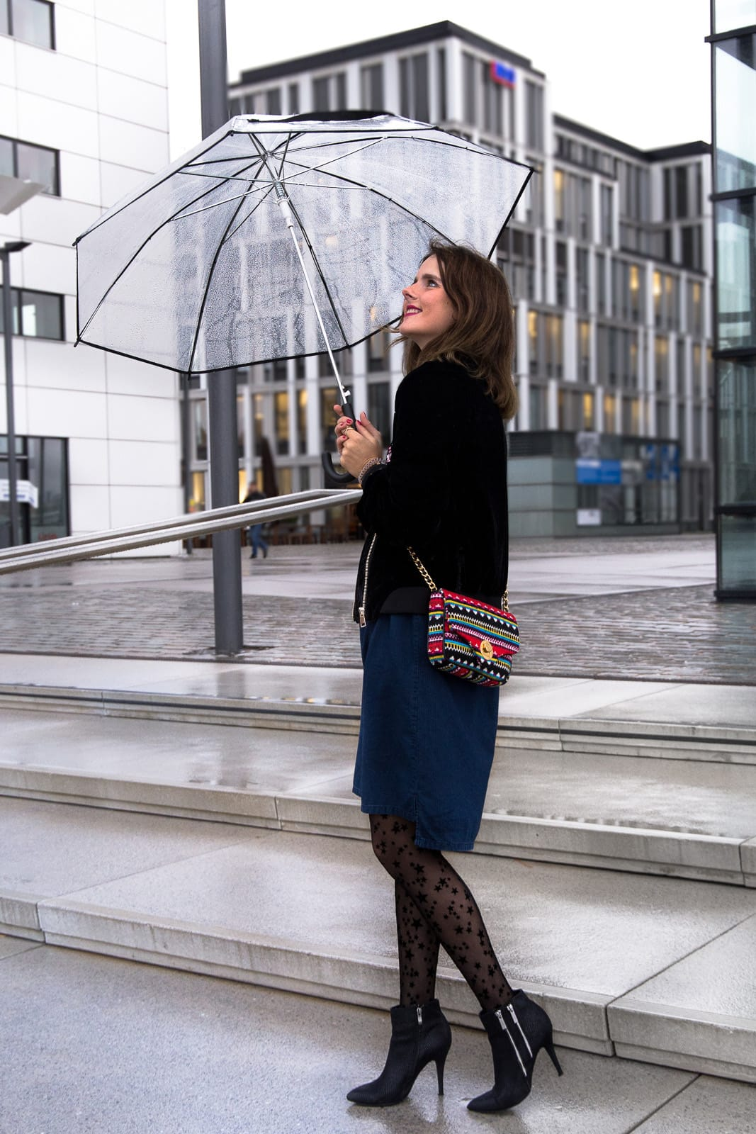Outfit: Samt Bomberjacke mit Patches & Jeanskleid