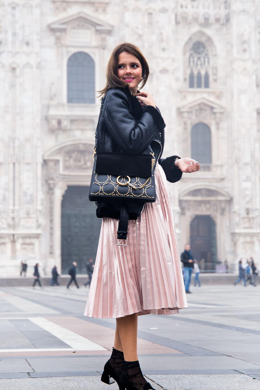 Streetstyle Duomo Milano: Metallic Midiskirt, Biker Jacke & Granny Shoes