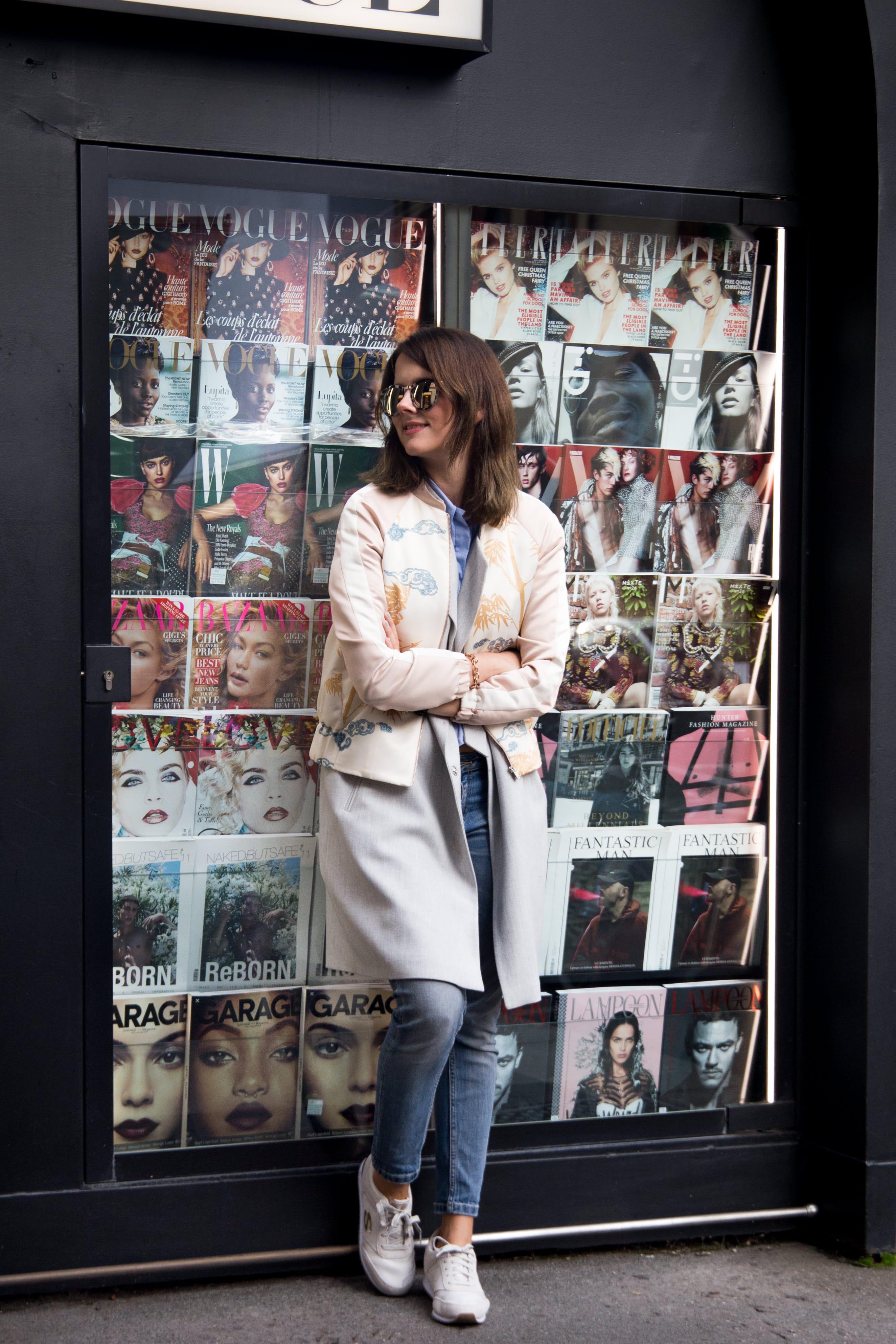 Milan Streetstyle: Sightseeing Outfit mit Bomberjacke & Retro Sneakers