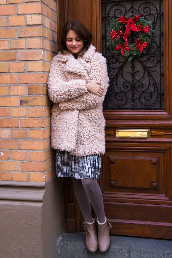 Outfit: Rosa Fake Fur Jacke, EMU Boots & Plissee Rock