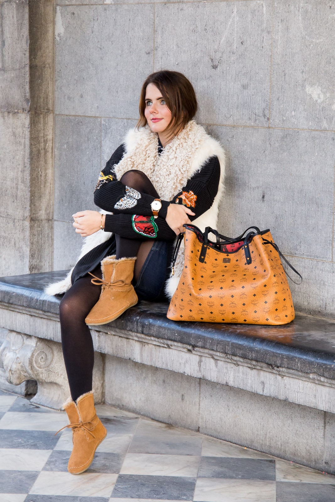 Outfit: Patches Strickjacke, TOMS Stiefeletten & brauner MCM Shopper