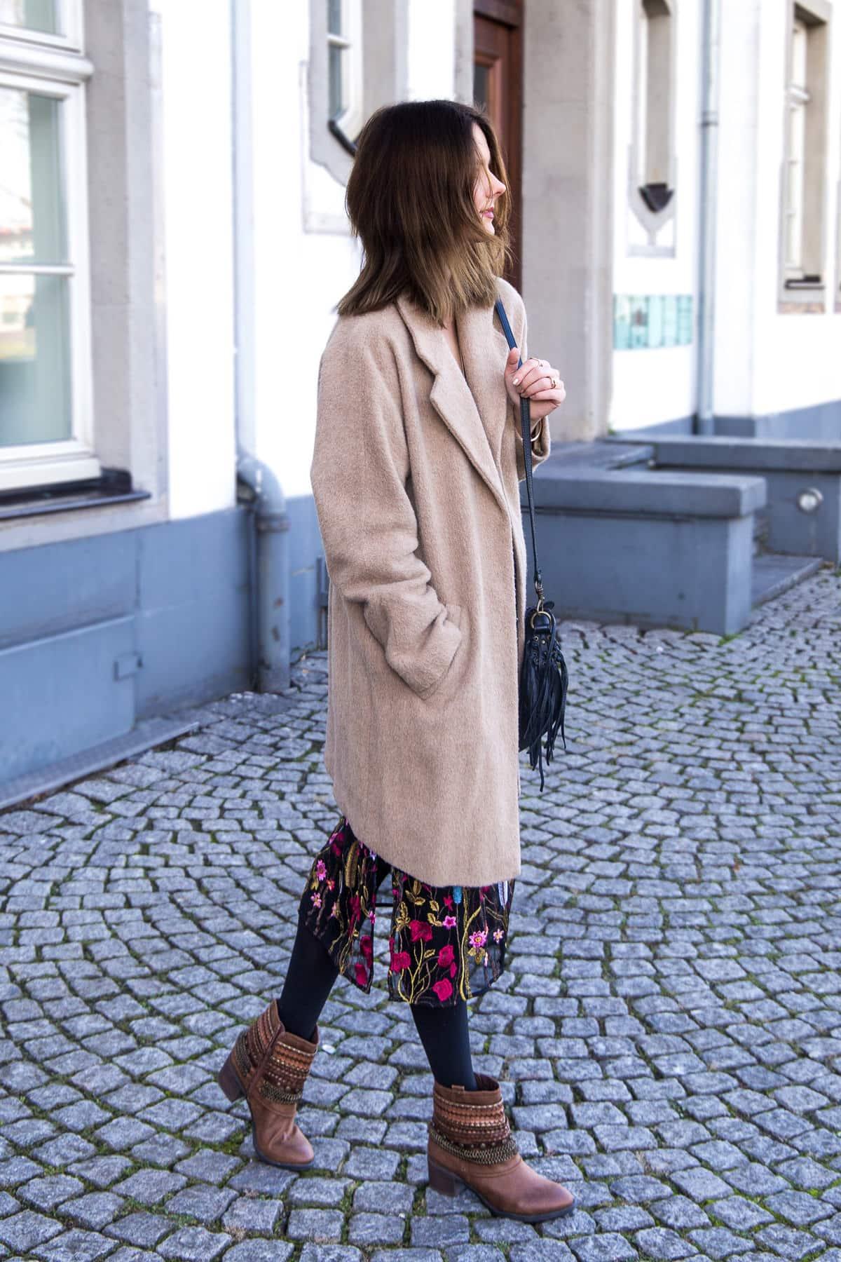 Prints im Winter: Zara Midikleid, Cowboy Boots und Ketten Layering