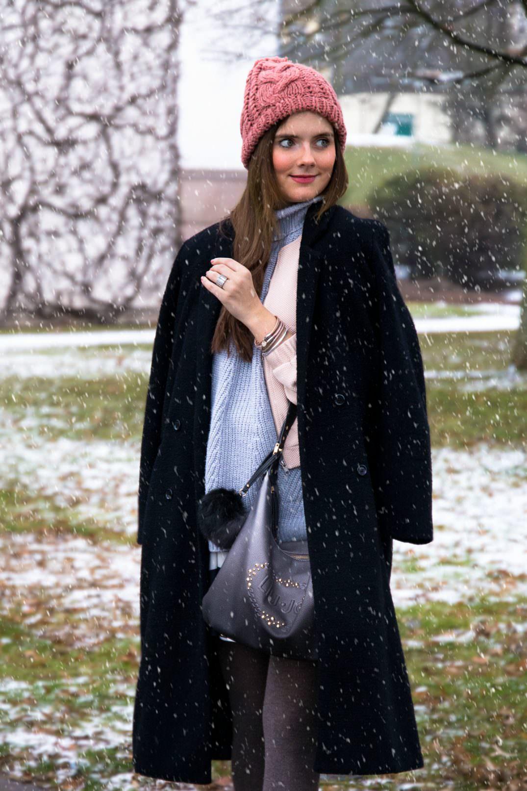 Winter Outfit im Schnee: Bomberjacke, Rollkragen Pullover & Liu Jo Tasche