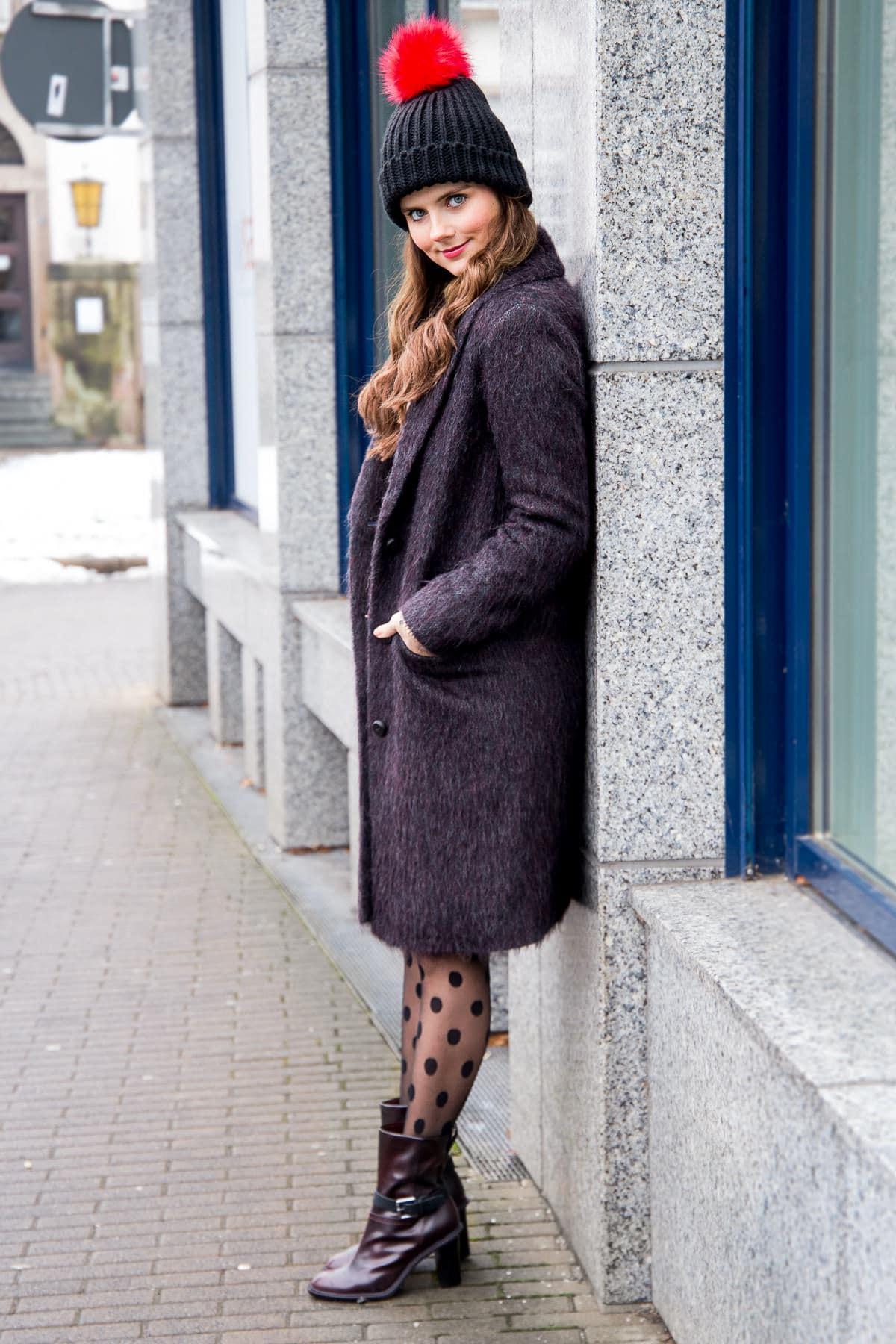 Winter Streetstyle: Offshoulder Pullover & gepunktete Strumpfhose