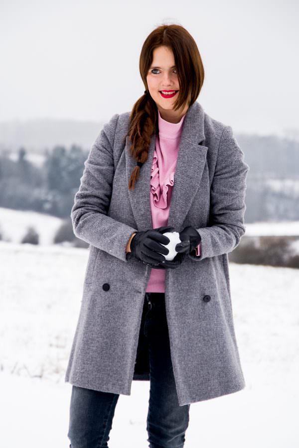 Kontrast mal anders: Mädchenhafter Rüschen Pullover & derbe Winterboots