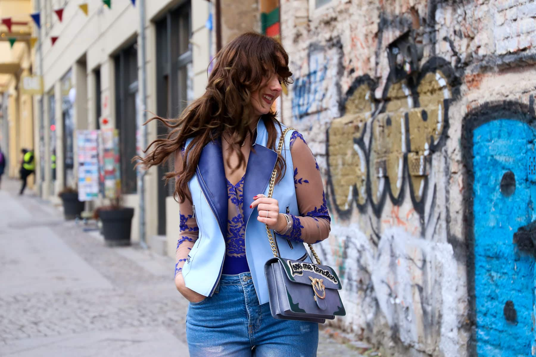 Outfit in Berlin - Holo Trend Jeans & transparenter Body à la Kardashian