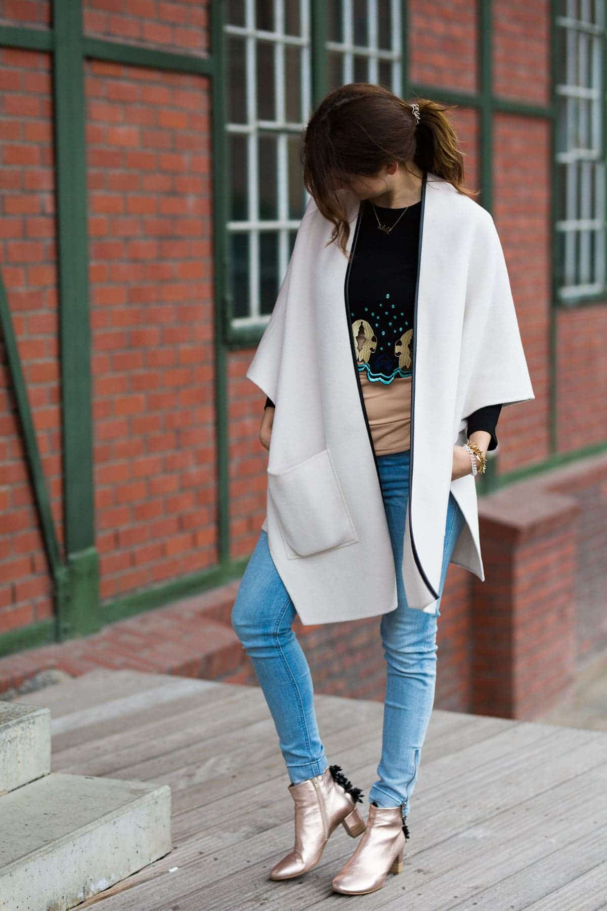 outfit-wie-kombiniere-ich-ein-cape-im-alltag-blue-jeans-rosegoldene-stiefeletten-fashion-blog-des-belles-choses-koeln-1