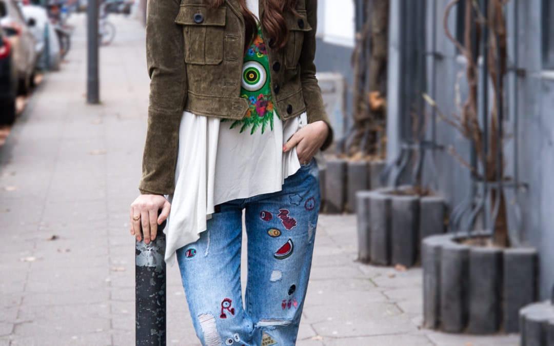 Streetstyle Köln Südstadt: Grüne Lederjacke, Jeans mit Patches & Chanel Brosche