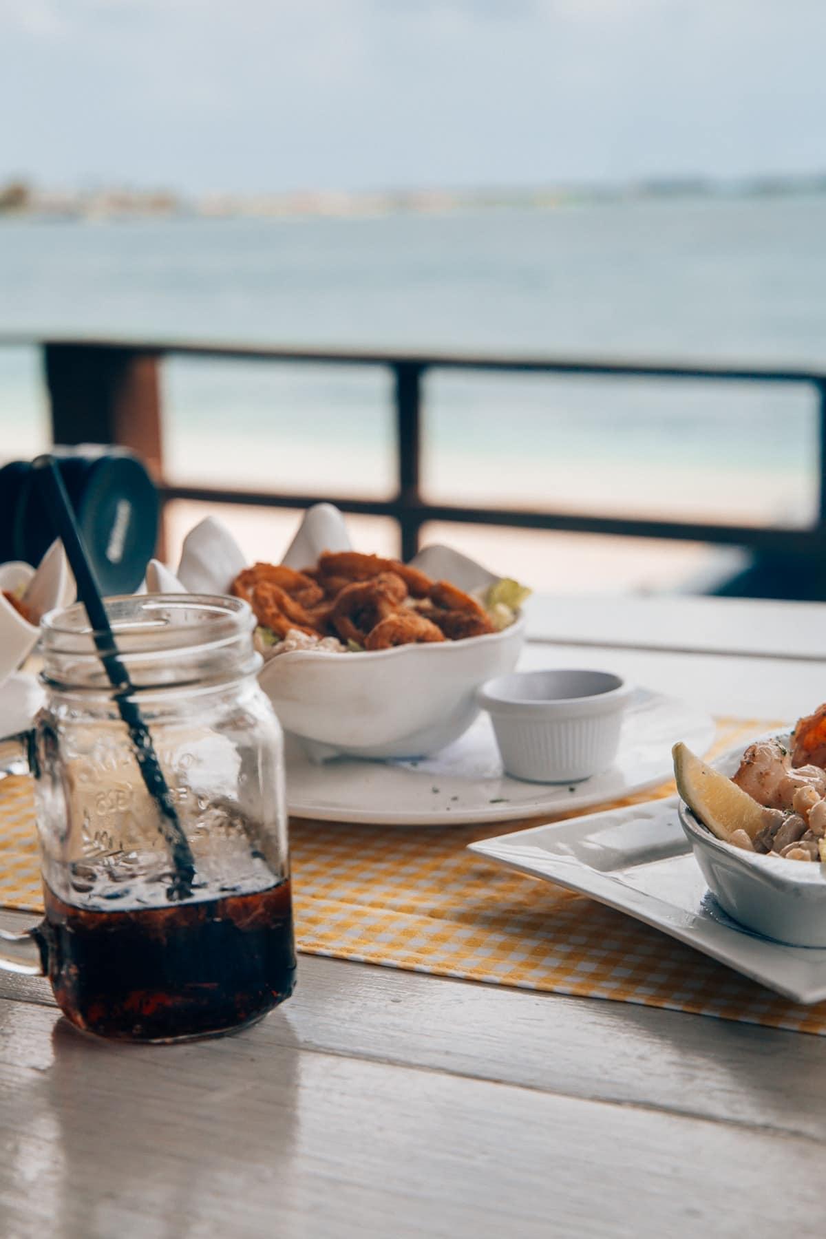 Top Food Spots auf Aruba: Karibisches Essen im The West Deck in Oranjestad
