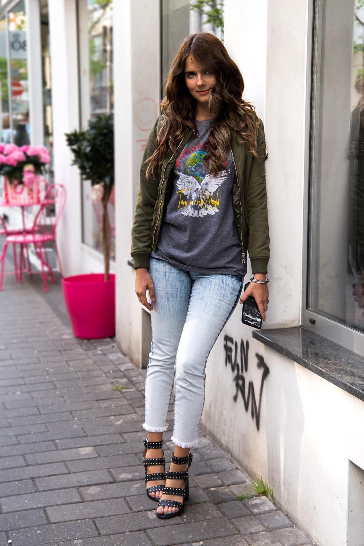 Cropped Jeans Look: Print Shirt & Bomberjacke