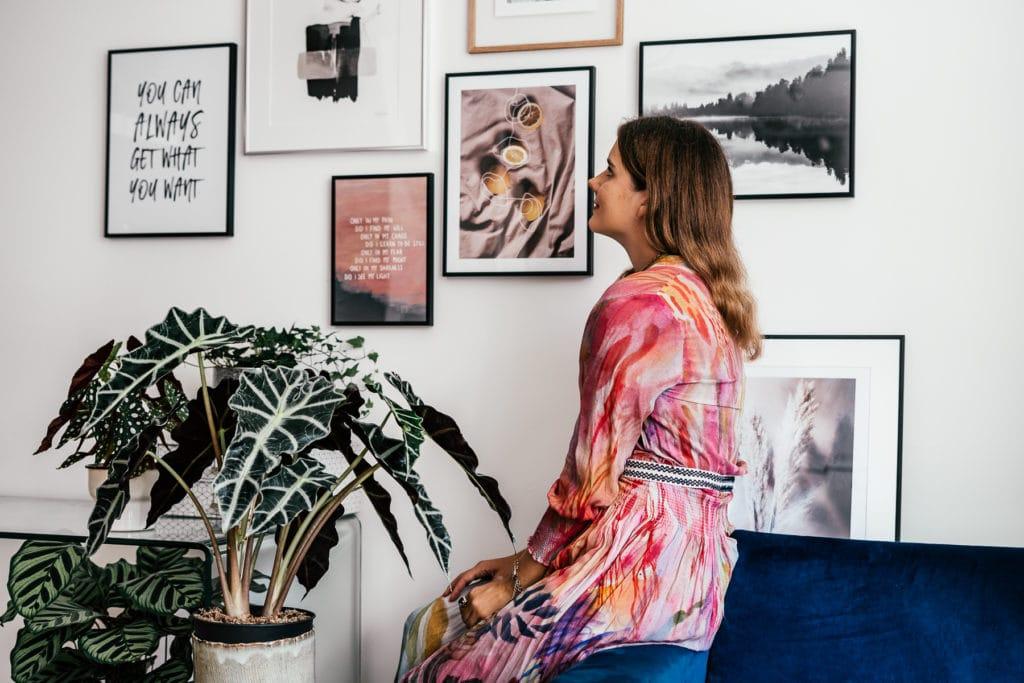 Bilderwand in rosa Tönen von Desenio - Poster mit Quotes, Pflanzen und Reiseinspiration