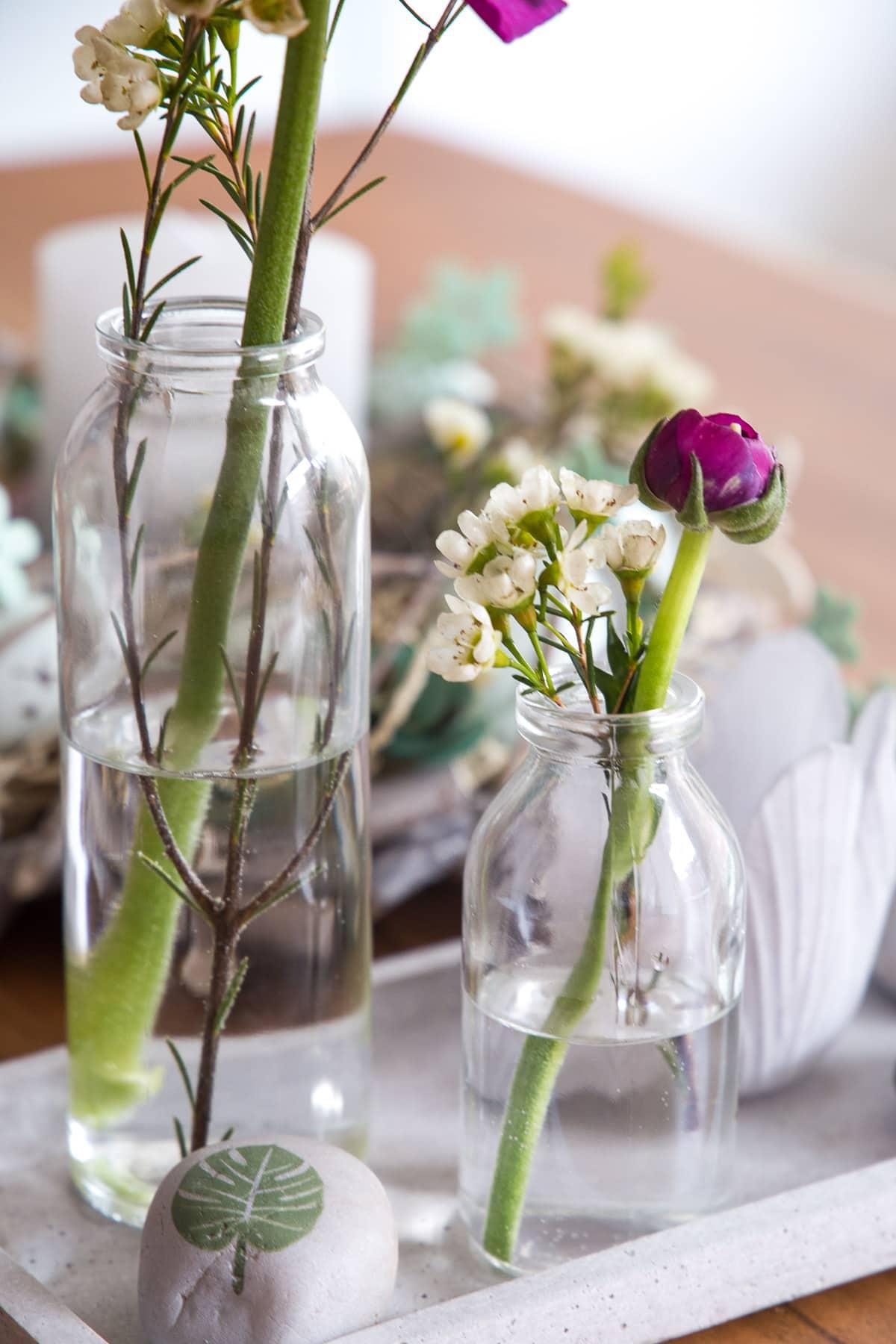 Einzelne Schnittblumen arrangieren - günstig & frühlingshaft