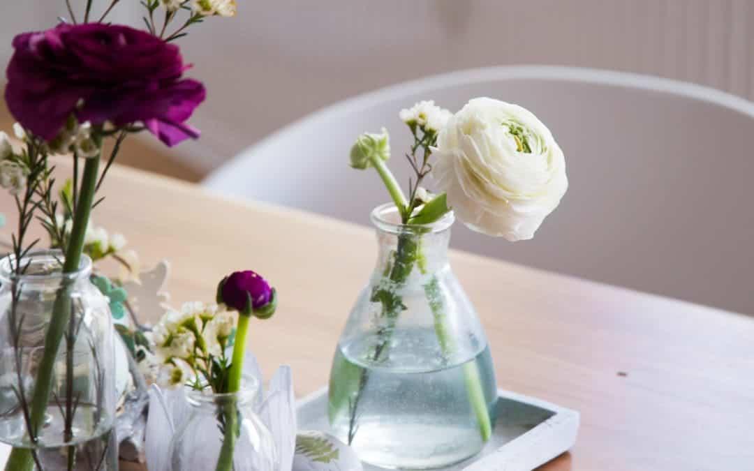Einzelne Schnittblumen arrangieren – günstig & frühlingshaft