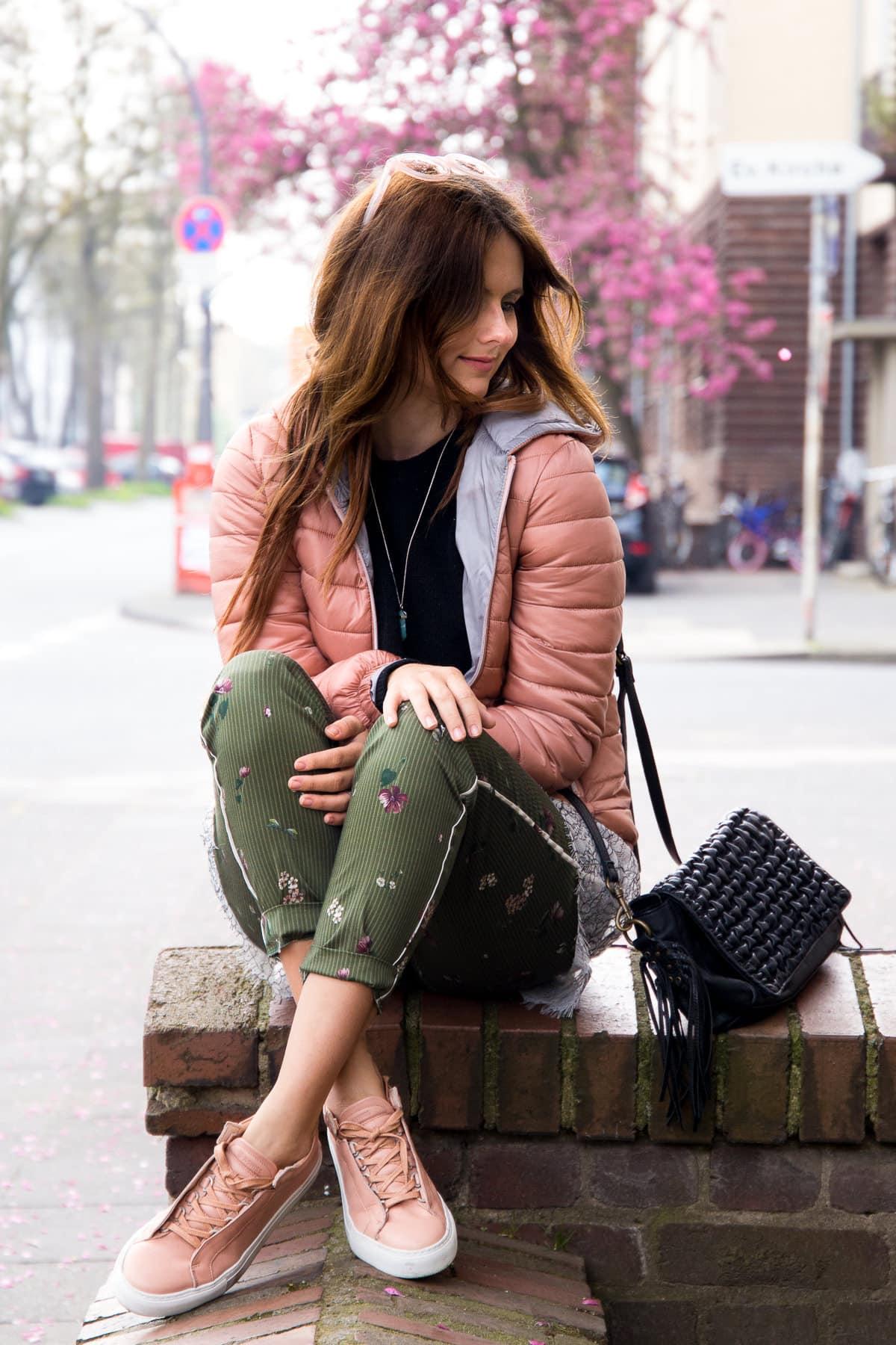 fruehling-in-koeln-kswiss-sneakers-daunenjacke-layering-look-fashion-blog-des-belles-choses-11
