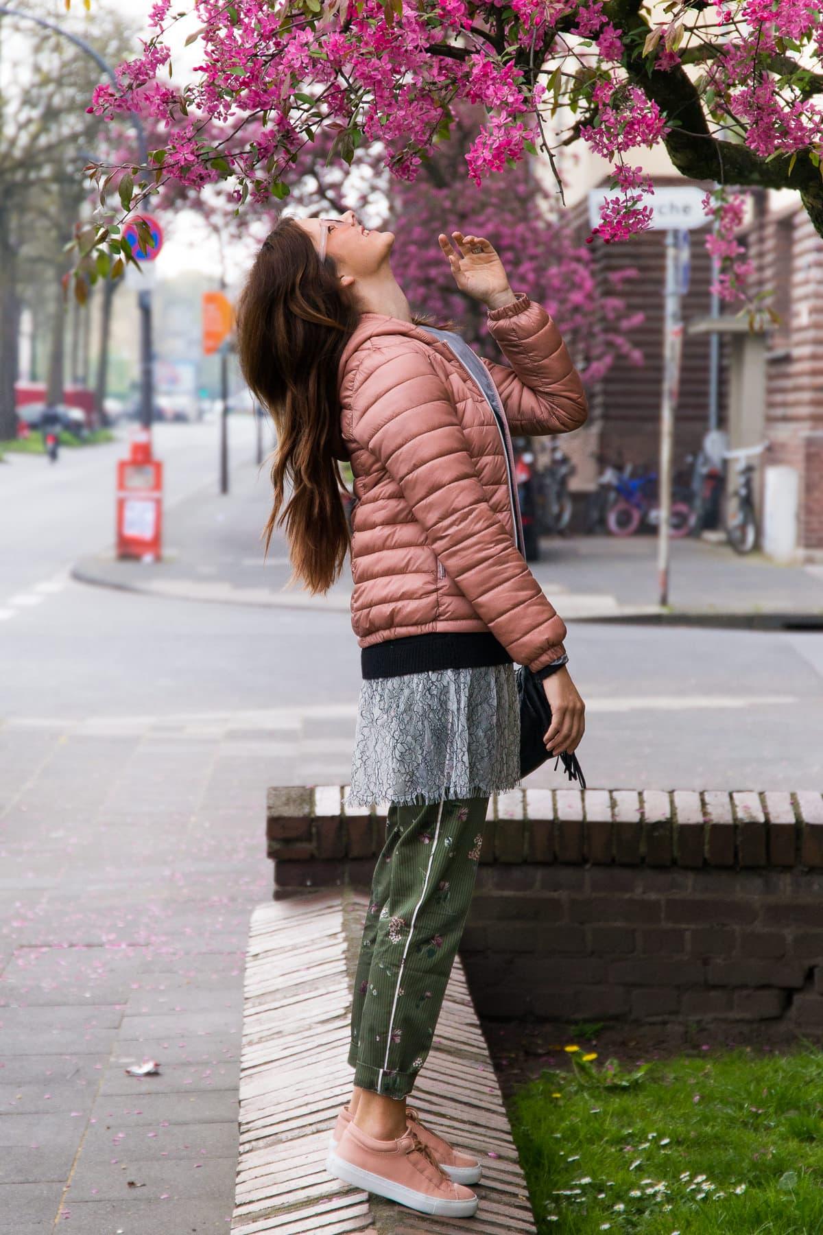Frühling in Köln - Layering Look mit Steppjacke & Sneakers