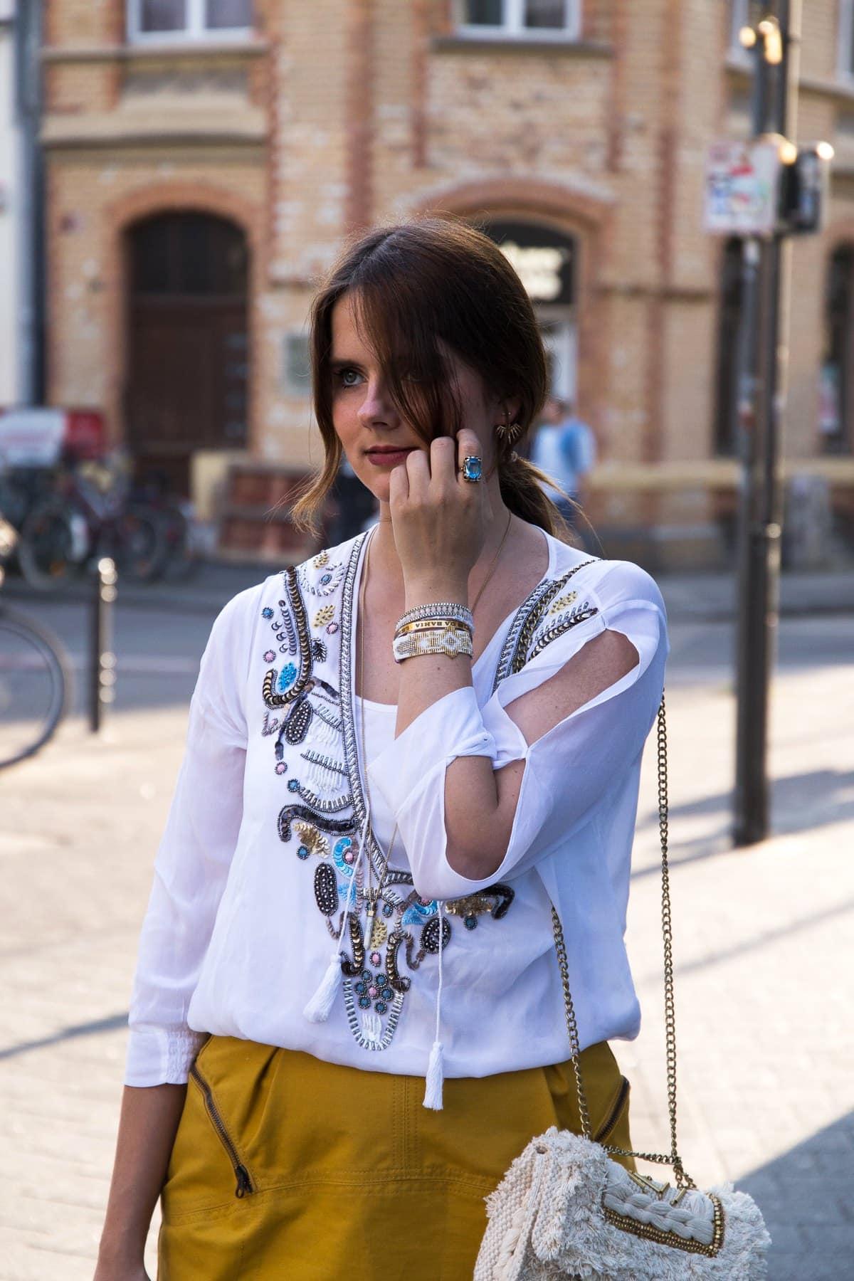 So trägst du Gelb: See by Chloé Minirock & Trenchcoat