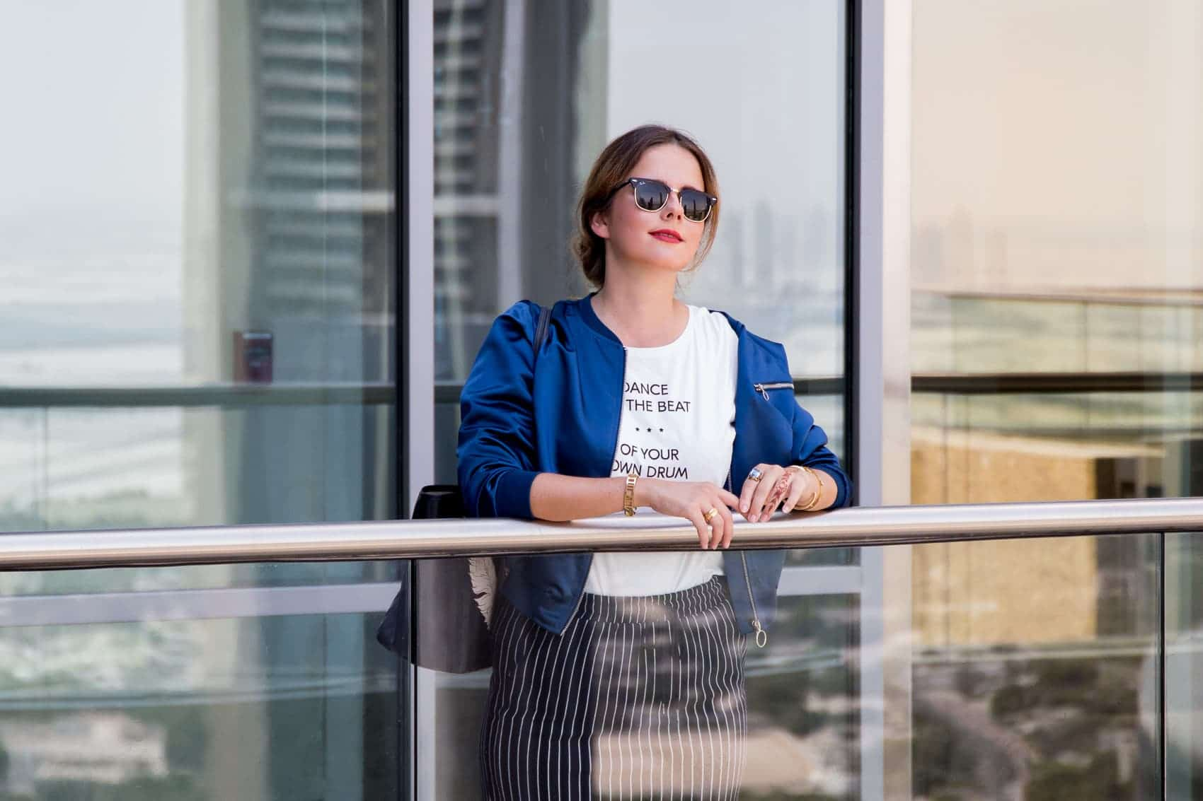 Sightseeing in Dubai - CKS Fashion Bomberjacke, Print-Shirt und Mules