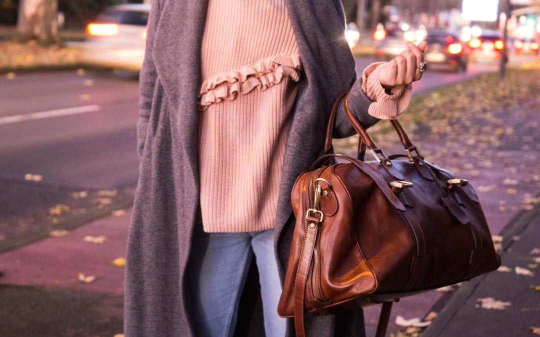 Novembertage – Langer grauer Mantel, helle Jeans & Leder Weekender