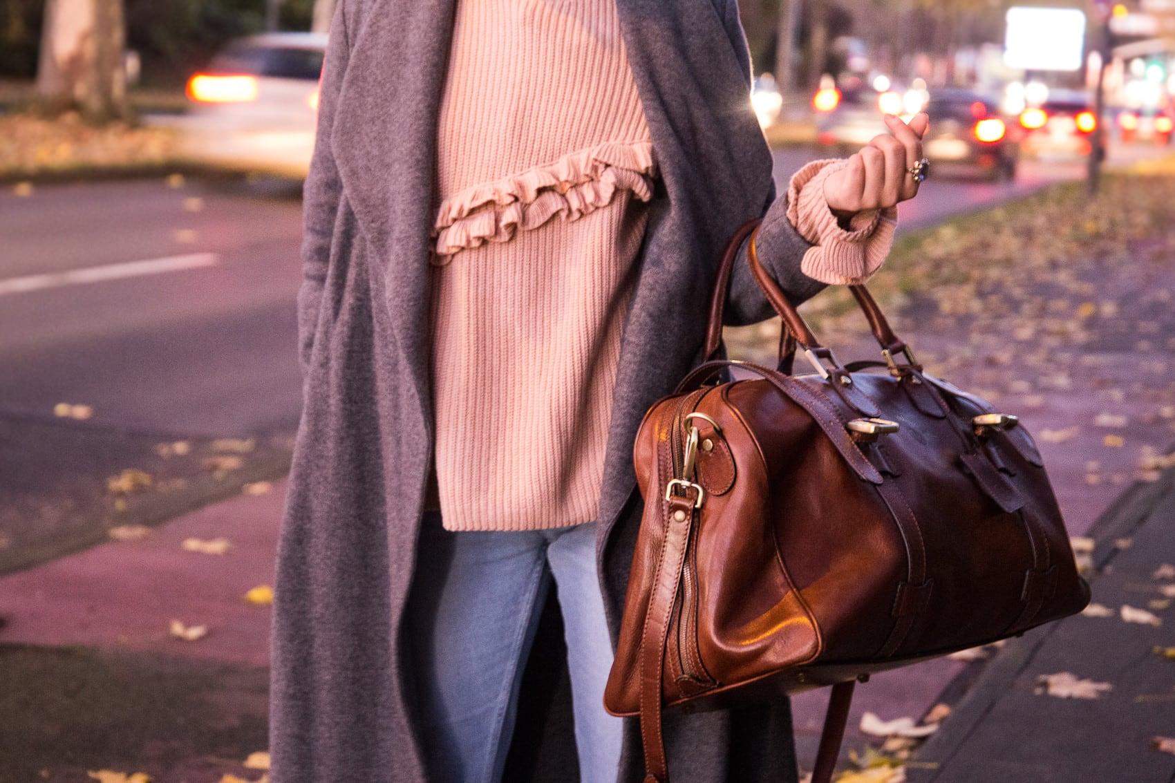 Novembertage - Langer grauer Mantel, helle Jeans und Leder Weekender