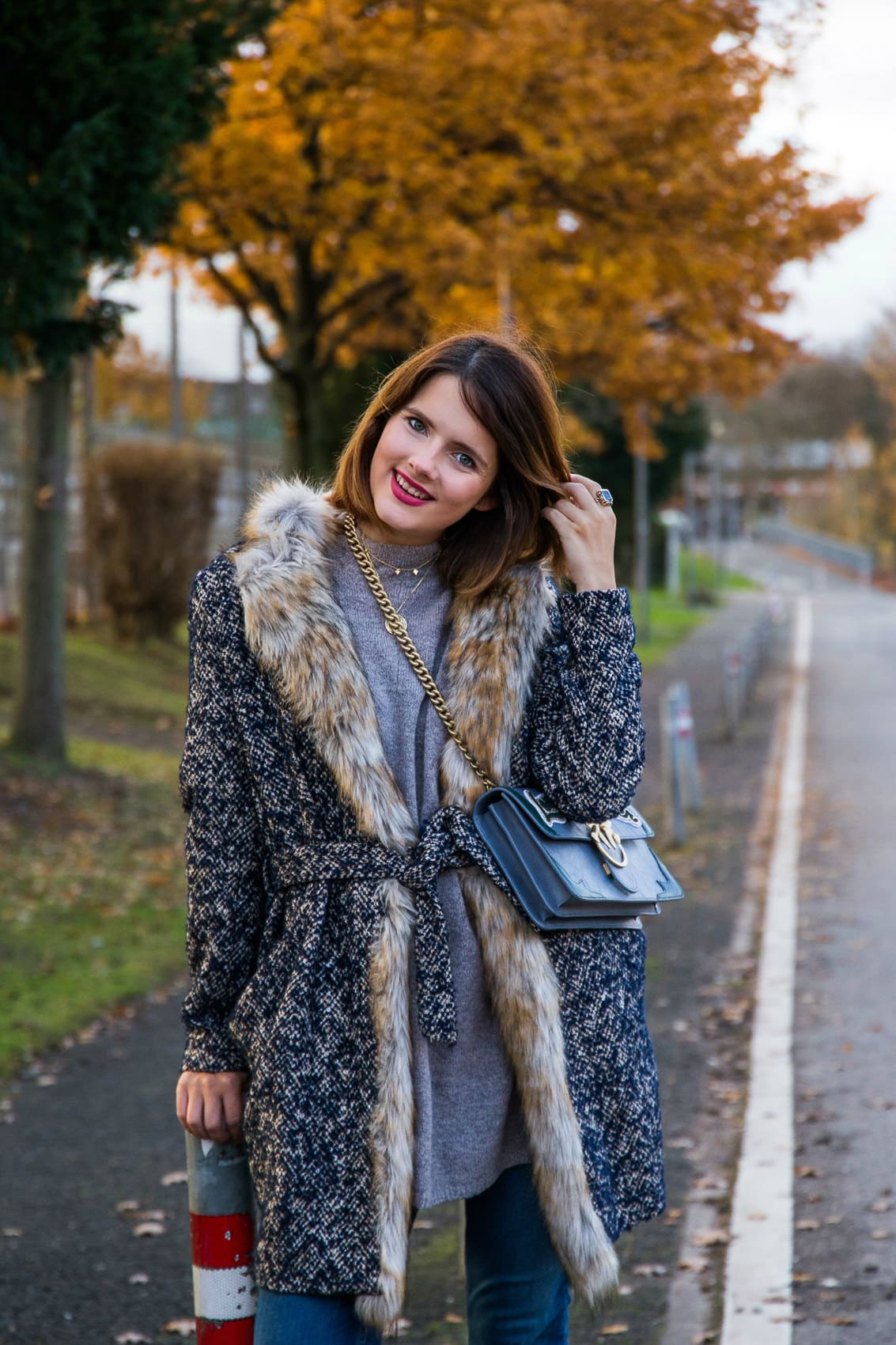 After Christmas Outfit - Layering Look mit Perlen Jeans, Strick und Pinko Tasche Love me tender