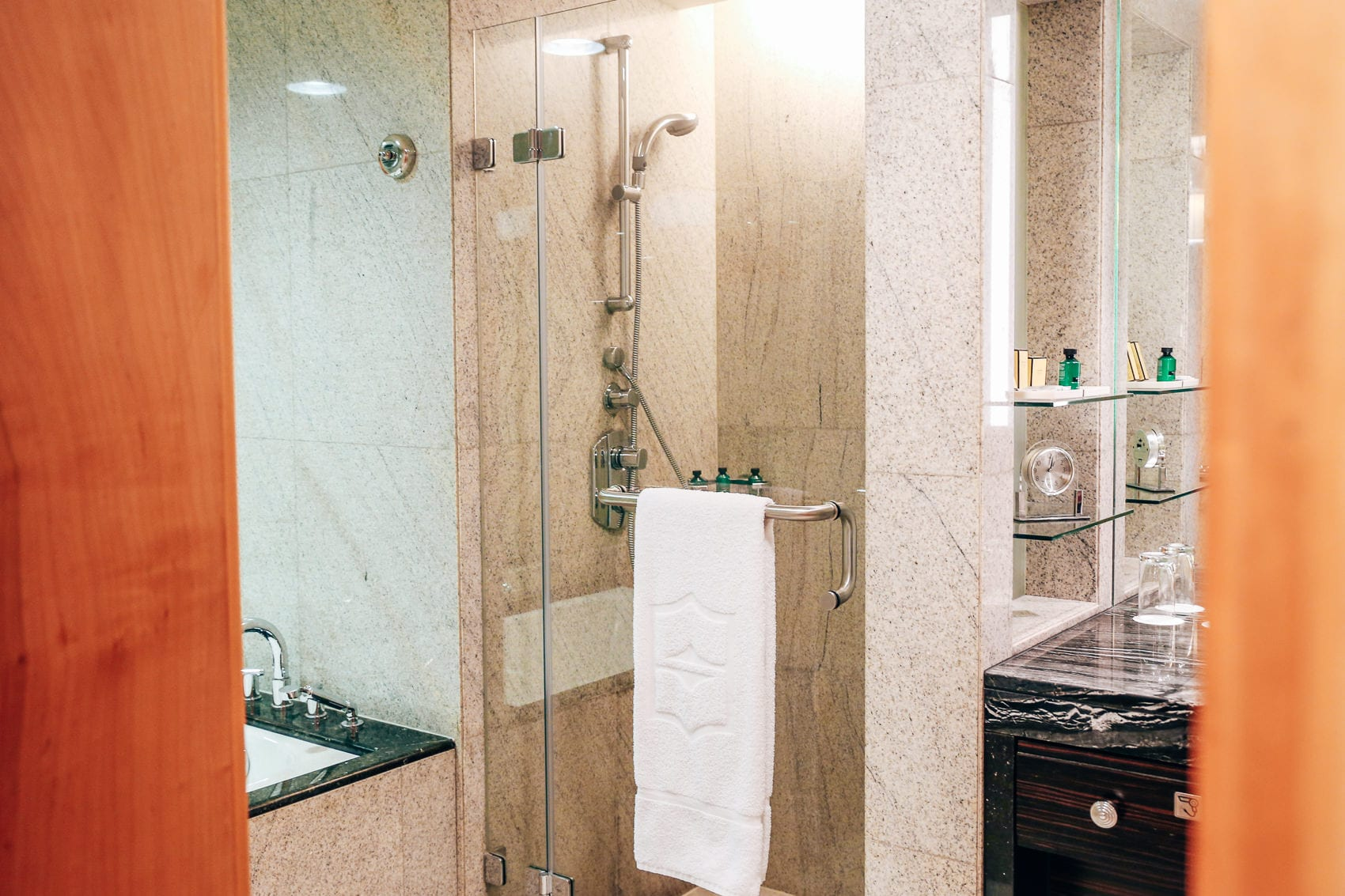 luxushotel-shangri-la-dubai-zimmer-pool-mit-blick-auf-den-burj-khalifa-reiseblog-des-belles-choses 16