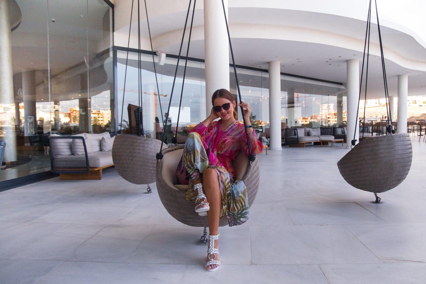 Teneriffa Style - Tunikakleid & weiße High-Heels von Jeffrey Cambell