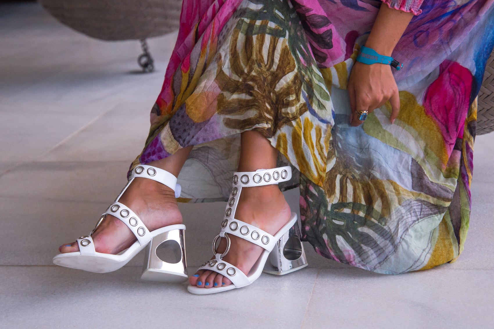 Teneriffa Style - Tunikakleid & weiße High-Heels von Jeffrey Campbell