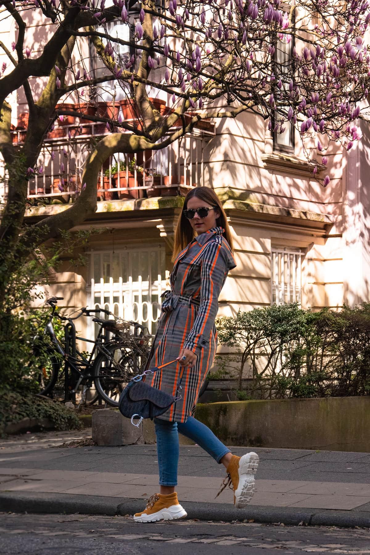 Magnolien in Köln – Frühlingslook mit Trenchcoat & Vintage Dior Saddle Bag