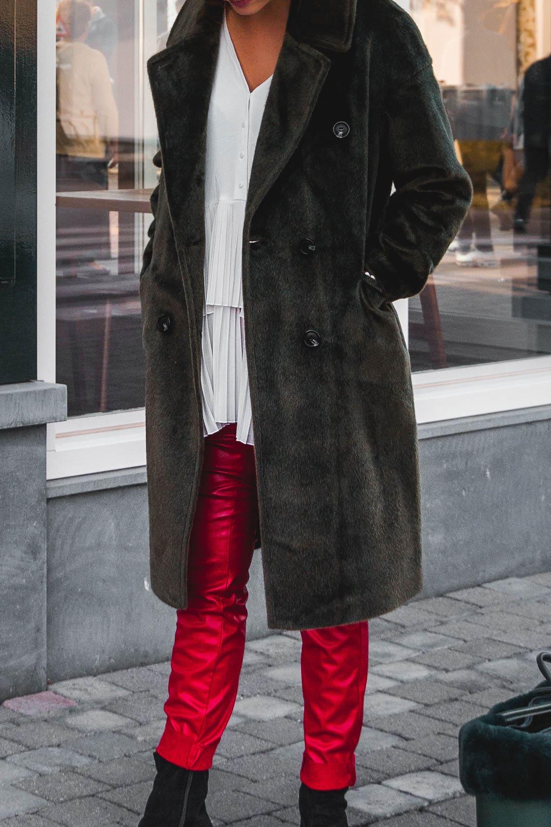 So kombinierst du eine rote Lederhose: Winter Trends 2019