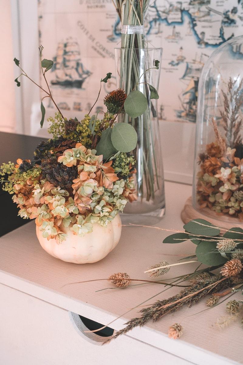 DIY Glasglocke mit Trockenblumen selbst dekorieren