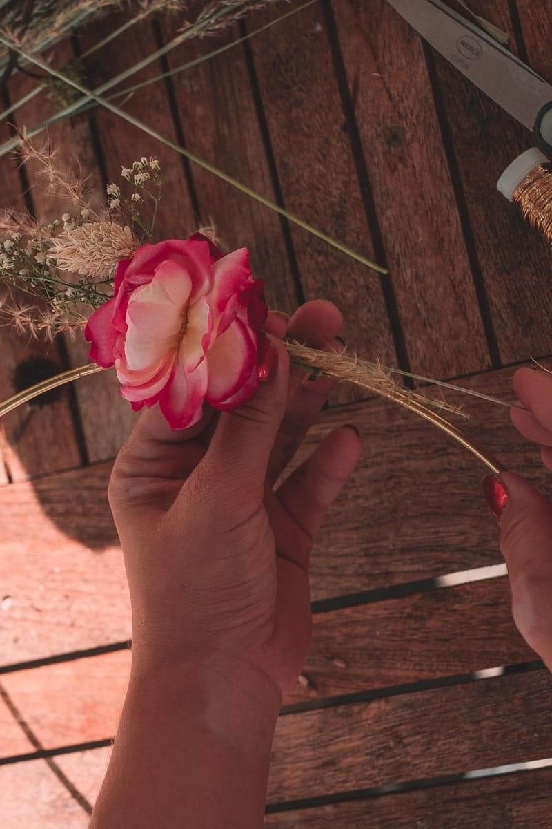Goldener Kranz mit Trockenblumen