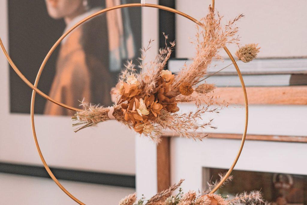 DIY Ideen mit Trockenblumen: Türkränze, Kürbisbvasen und Blumensträuße