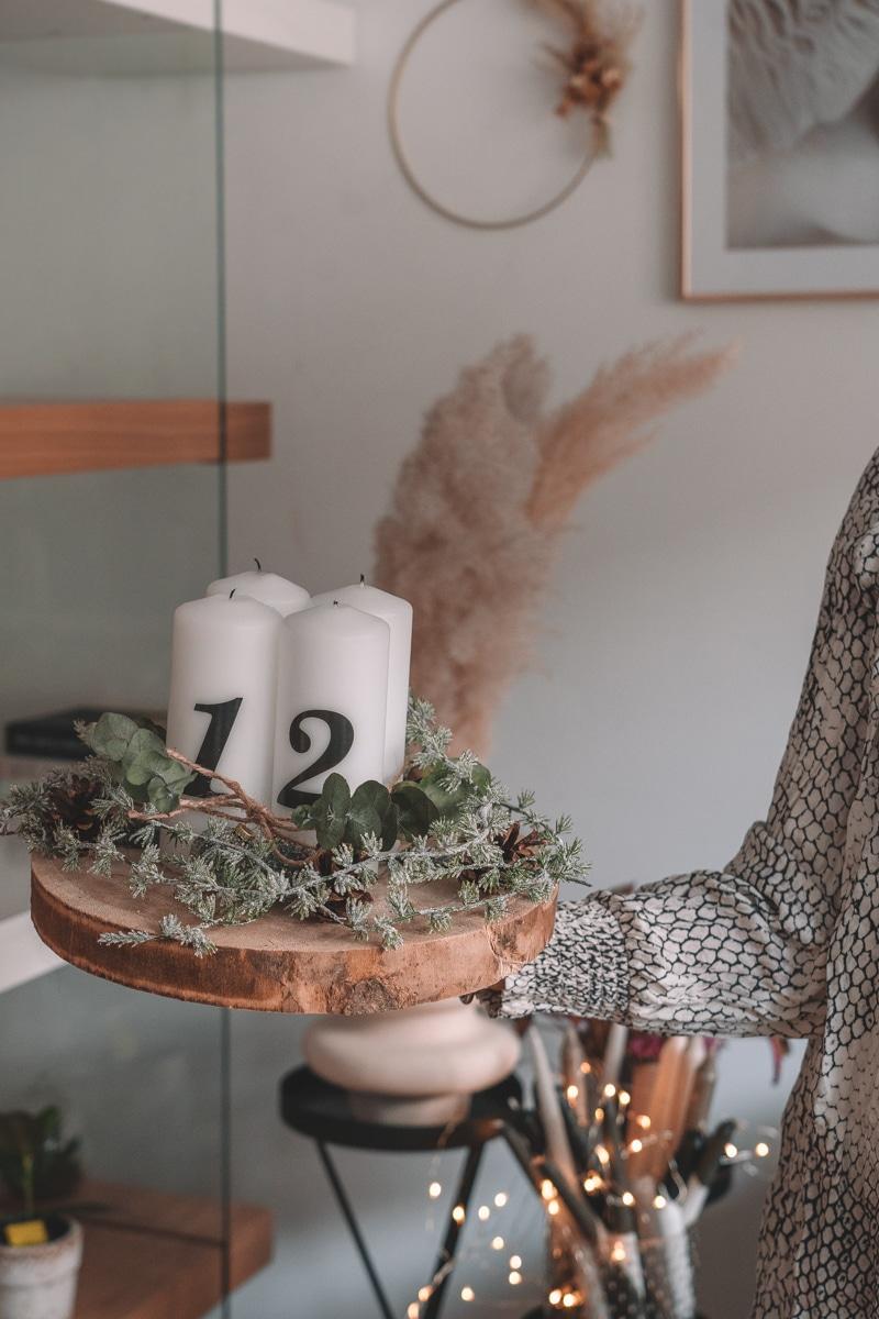Modernen Adventskranz selber machen - DIY Holzscheibe mit Eukalyptus und Tannenzapfen