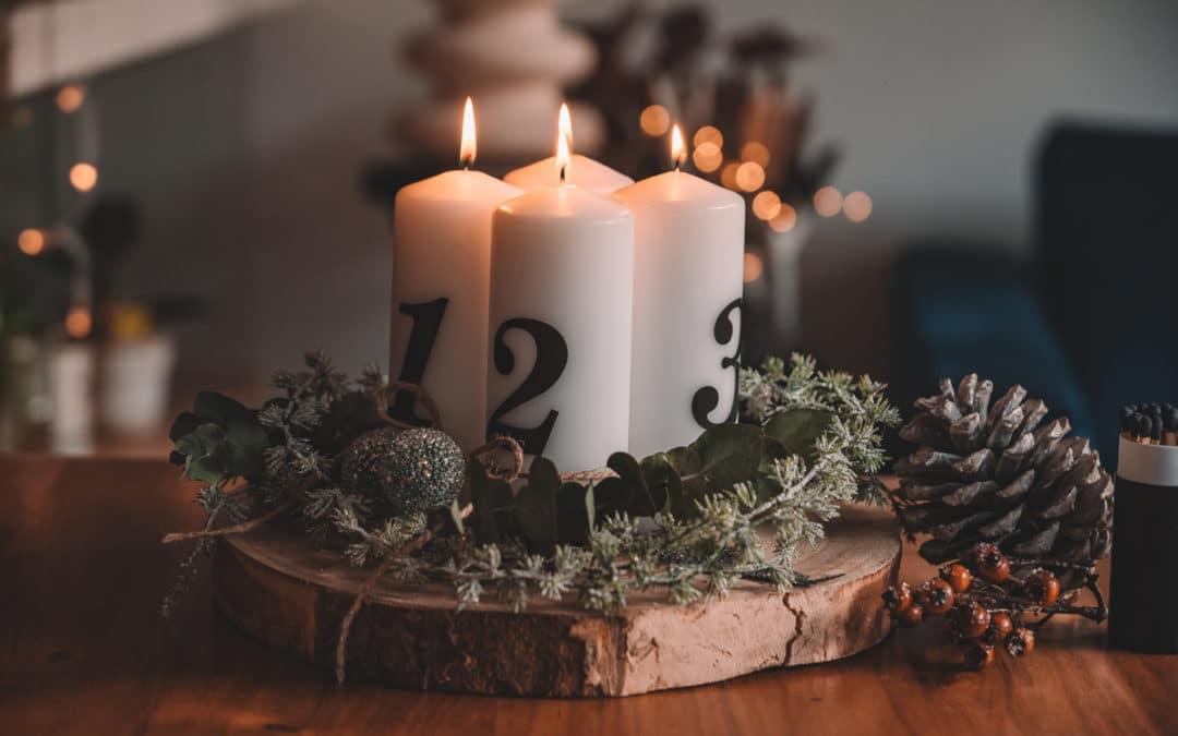 Modernen Adventskranz selber machen – Auf Holzscheibe mit Eukalyptus