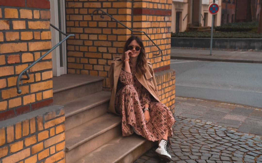 Outfit Inspo – Maxikleid mit weißen Dr. Martens Boots kombinieren